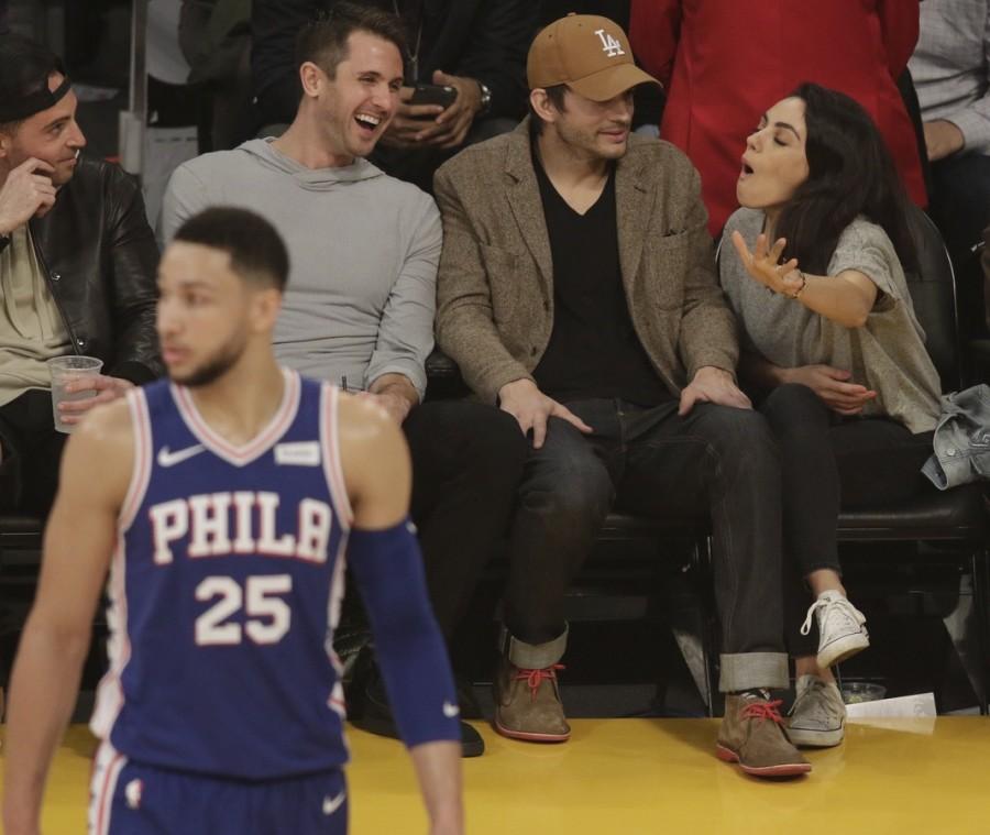 Сладкая парочка на баскетбольной игре ashton kutcher