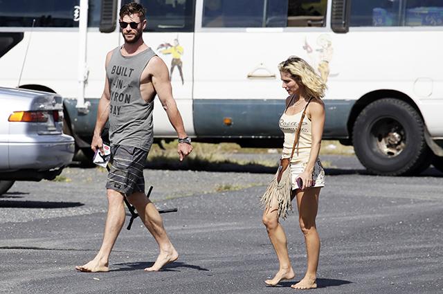 Крис Хемсворт и Эльза Патаки гуляют босиком в Байрон-Бее звездные пары