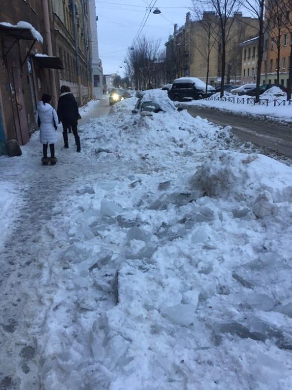 Работники ЖЭС разбили припаркованный возле дома автомобиль зима