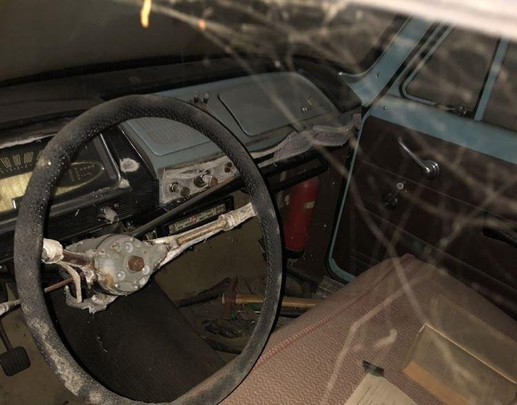 Омич обнаружил «Москвич» в гараже, который не открывали 20 лет