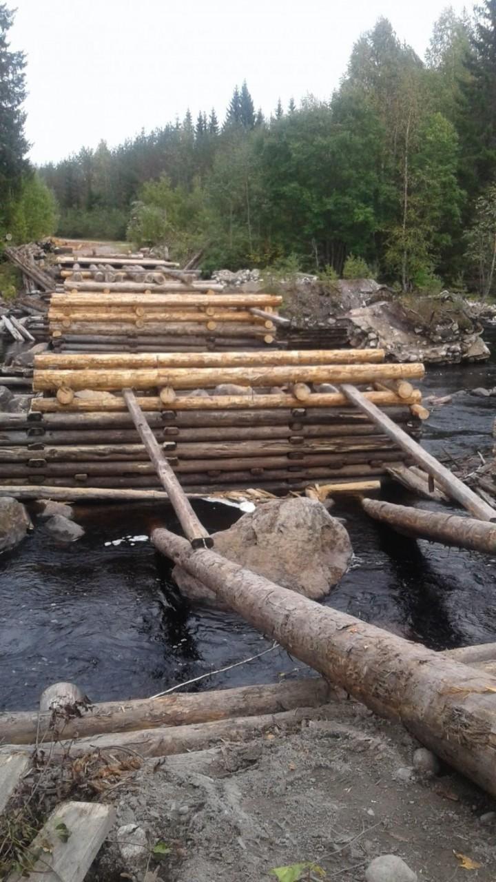 В Карелии жители поселка своими силами построили мост через реку